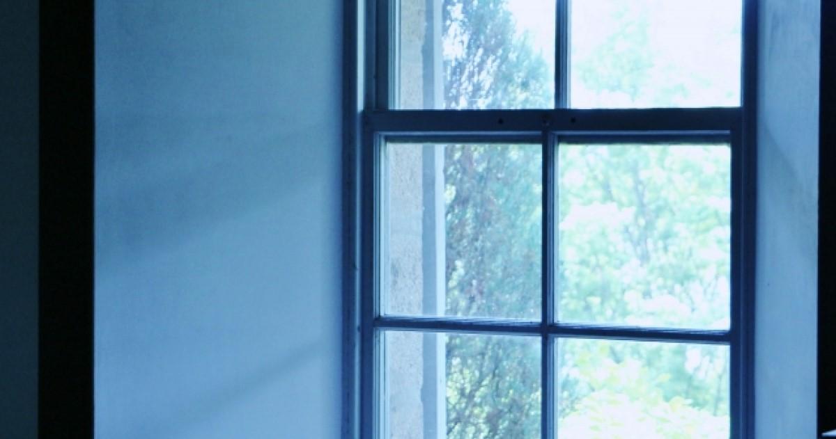 窓ガラスが割れる原因とそれぞれのパターンの防止方法・対処策を解説