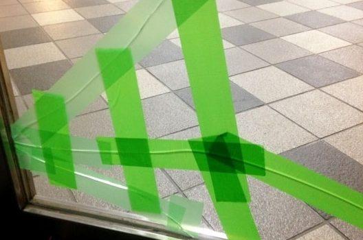 ガラスのひび割れは放置せずに応急処置をしよう!
