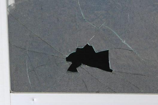窓ガラスが割れる3つの原因とその防止方法