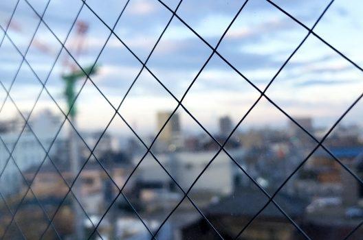 割れた際の被害を抑える「網入りガラス」