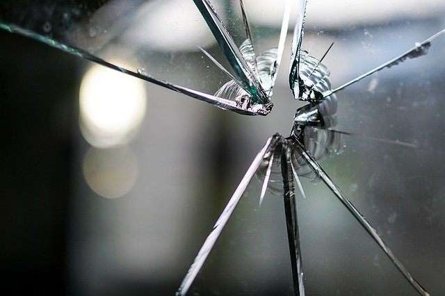 窓が割れたらどうすればいい?窓ガラス修理の費用相場はいくら?