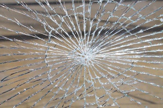 ガラス片を掃除する